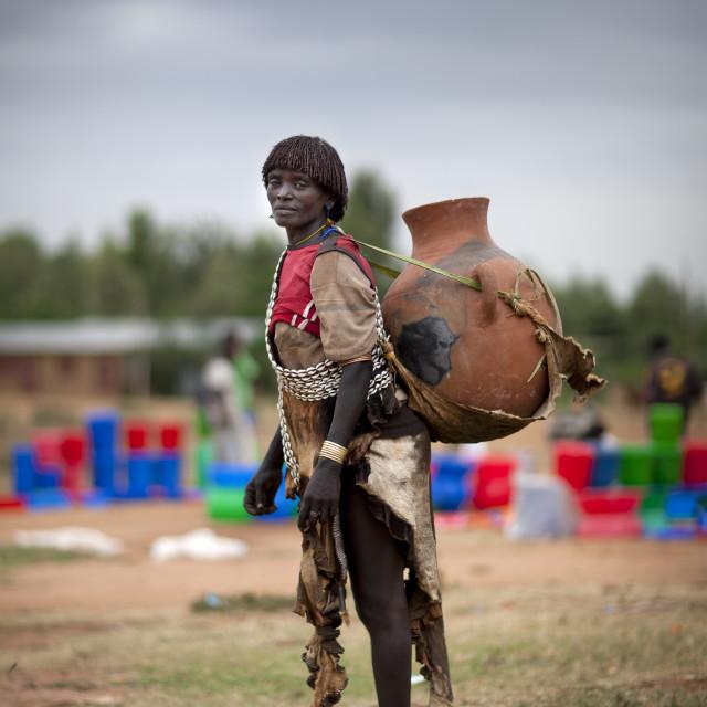 """Banna Woman Transporting Huge Clay Jar On Her Back At Key Afer Market Omo..."" stock image"