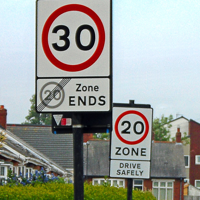 """""""A 30 mph road sign next to a 20 mph road sign confuses drivers"""" stock image"""