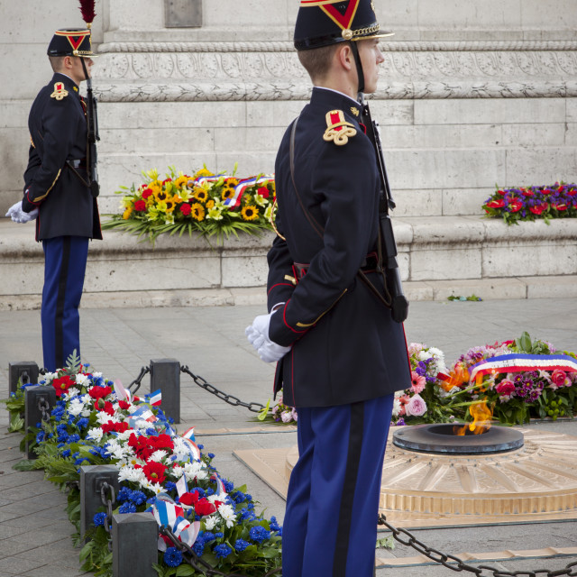 """""""Soldiers stand guard over tomb of the unknown soldier below Arc de Triomphe,..."""" stock image"""