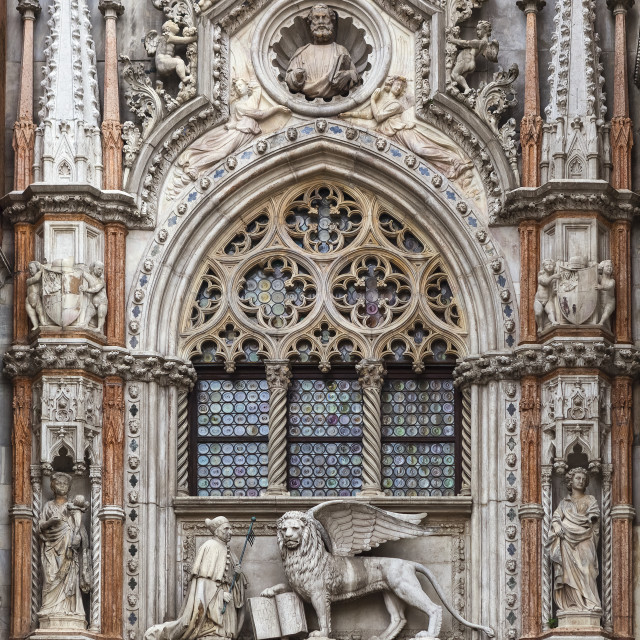 """""""Statue of Doge and winged lion, symbol of Saint Mark, above doorway entrance..."""" stock image"""