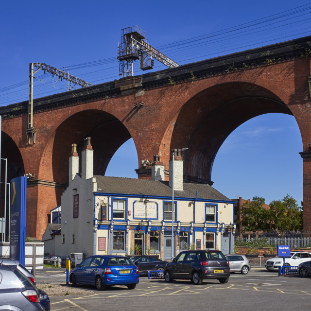 """""""Crown Inn dwarfed by Stockport viaduct"""" stock image"""