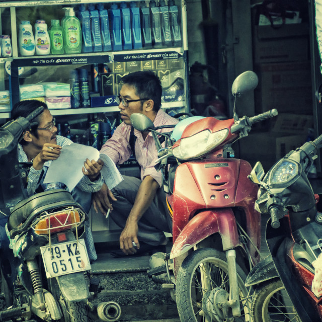 """""""Dealmaking Chat: Street Photography in Ho Chi Minh City, Vietnam"""" stock image"""
