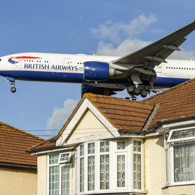 """""""British Airways Boeing 777 jet flying low over houses"""" stock image"""