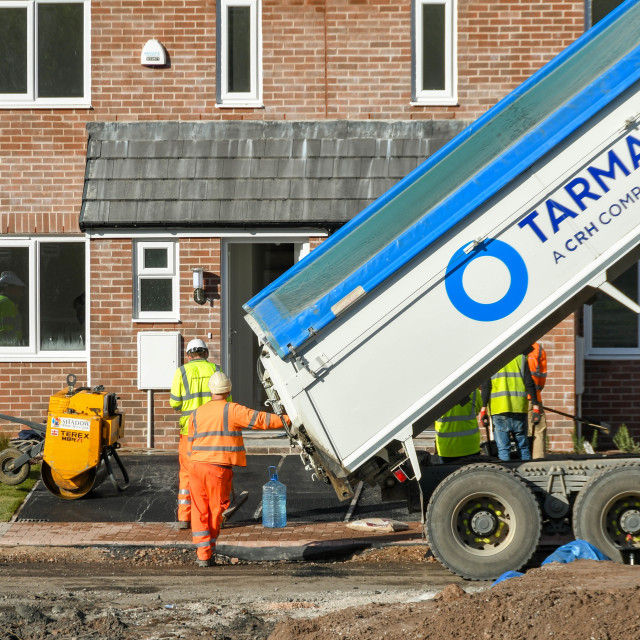 """""""Lorry delivering tarmac to surface the driveway of new homes"""" stock image"""