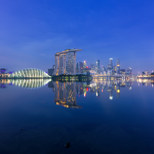 """""""Singapore, 30 Oct 2018: a sunrise skyline view of the Marina Bay with the..."""" stock image"""