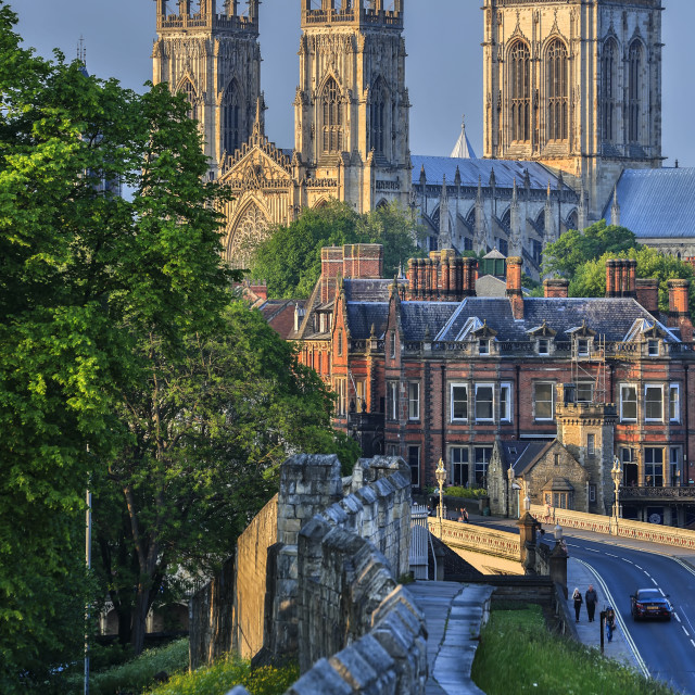 """""""Medieval wall and York Minster (The Cathedral and Metropolitical Church of Saint Peter), York, Yorkshire, England, United Kingdom"""" stock image"""