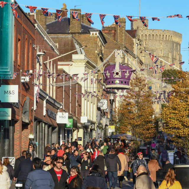 """""""Street in Windsor town centre crowded with Christmas shoppers"""" stock image"""