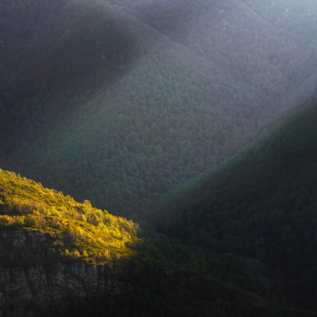 """""""Un rayo de luz atraviesa las montañas"""" stock image"""