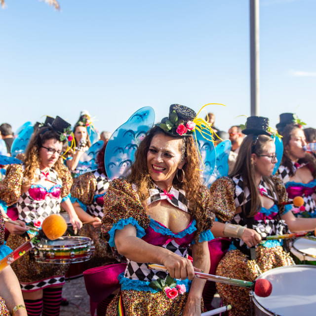 """""""Weather: Carnaval de Sesimbra 2nd March 2019, Sesimbra, Portugal People came out in force today to celebrate the first carnival of the year Carnaval de Sesimbra and to enjoy the glorious sunshine on the seafront."""" stock image"""