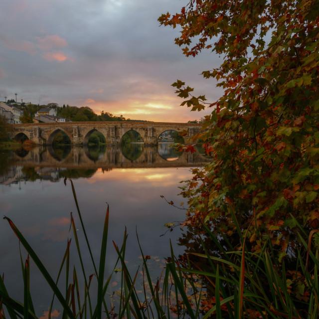 """""""El puente romano sobre el río Miño al atardecer"""" stock image"""