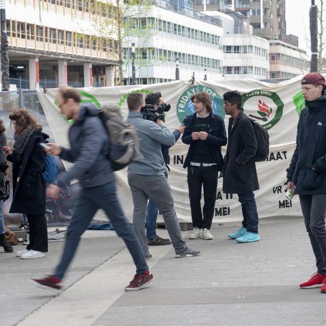 """""""Utrecht 12 april 2019 Op het Staationsplein in Utrecht wordt een klein betoog gehouden in de cadre van de Youth For Climate (Schoolspijbelaars) actie. Utrecht The Netherlands 12th April 2019 In Uttecht a small demonstration takes place as part of the Yout"""" stock image"""