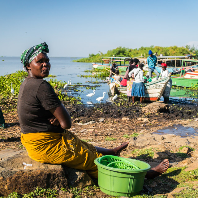 """""""Dunga fishing village, near Kisumu, Kenya - March 8th, 2019 - Women on a beach wait for the fishermen to return from Lake Victoria with the catch."""" stock image"""