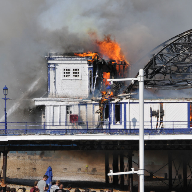 """""""Fire at Eastbourne Pier30th July 2014 © Andy Butler 2014 info@media-photography.co.uk"""" stock image"""