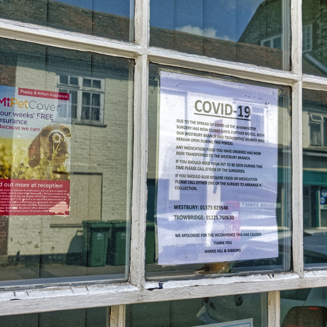 """""""A closed due to Covid-19 notice in the window of a vet practice"""" stock image"""