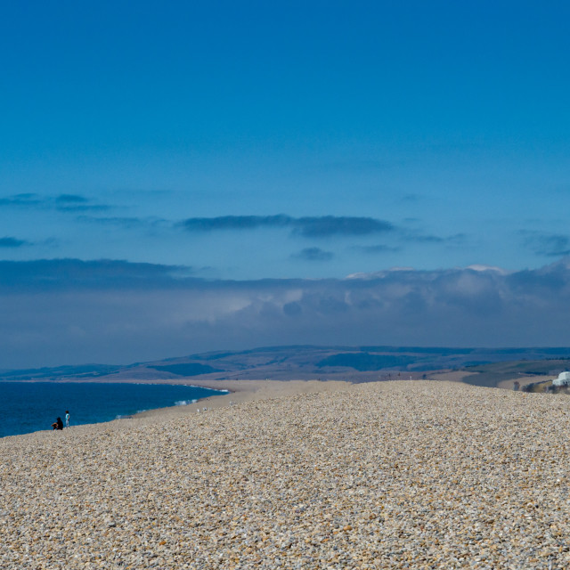 """""""Vast stretch of pebble beach, Chesil beach, on the South West coast of England, Dorset, England, UK.Chesil beach is a popular landscape attraction in the south west of England, connecting the Isle of Portland to mainland Dorset. The 18 mile long pebbled b"""" stock image"""