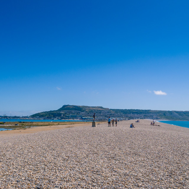 """""""Chesil beach, an 18 mile long pebble and shingle tombolo connecting the Isle of Portland to mainland England, Dorset, UK. Chesil beach is a popular landscape attraction in the south west of England, connecting the Isle of Portland to mainland Dorset. The"""" stock image"""