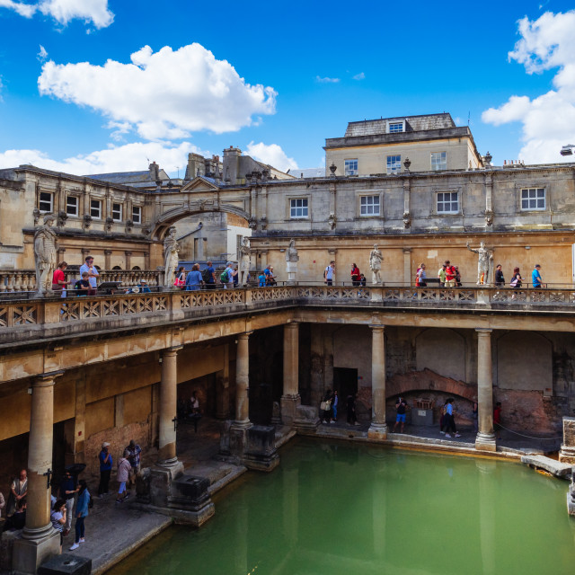 """""""The Terrace and Great Bath of the Roman Baths, in the historical city of Bath, Somerset, England, UK. The Terrace is the first view of the Roman Baths visitors encounter with the Great Bath, the largest pool in the Roman Baths,situated below. The Roman Ba"""" stock image"""