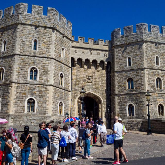 """""""Queue to enter Windsor Castle on a hot summer day. Henry VIII Gate, Castle Hill, Windsor, Berkshire, UK"""" stock image"""