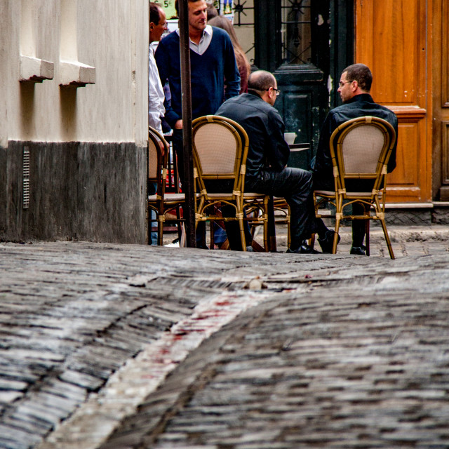 """""""Discussion over Coffee at a Paris Pavement Cafe."""" stock image"""