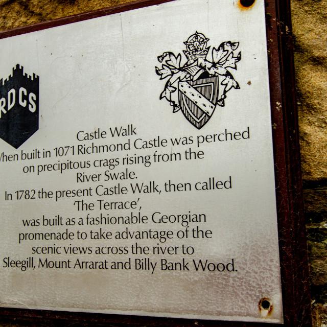 """""""Castle Walk, Richmond, Yorkshire, Descriptive Plaque."""" stock image"""