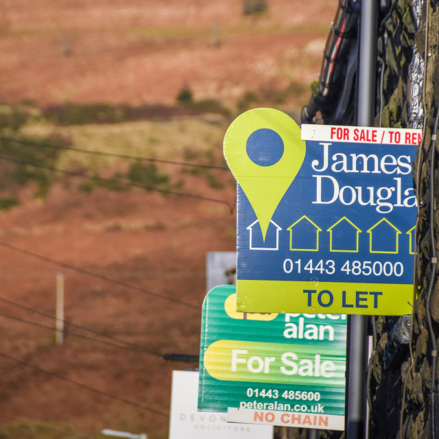 """""""Rhondda Valley, Wales - January 2018: Signs for sale and rent on the walls of houses"""" stock image"""
