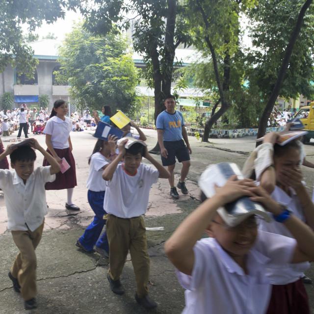 """Earth Quake Shake Drill - Erdbebenübung an einer Grundschule"" stock image"