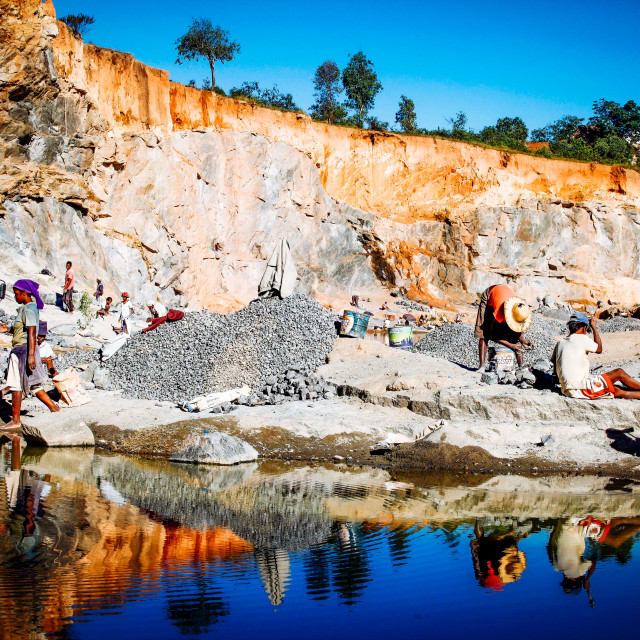 """Madagascar Schufterei im Steinbruch - Backbreaking work in the quarry"" stock image"