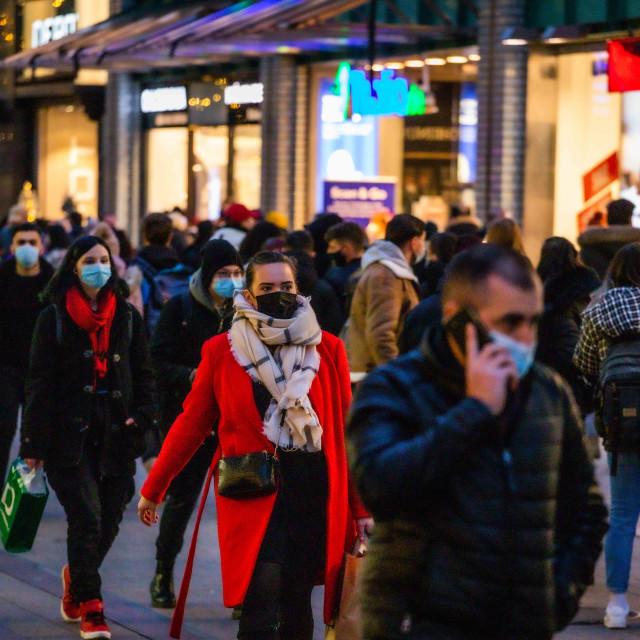 """""""Advents-Shopping mit Maske"""" stock image"""