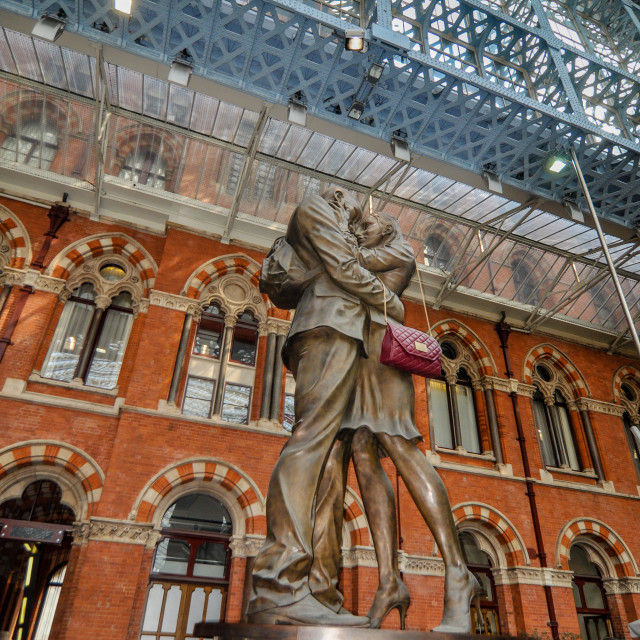"""""""The Meeting Place sculpture by Paul Day, in St. Pancras Railway"""" stock image"""