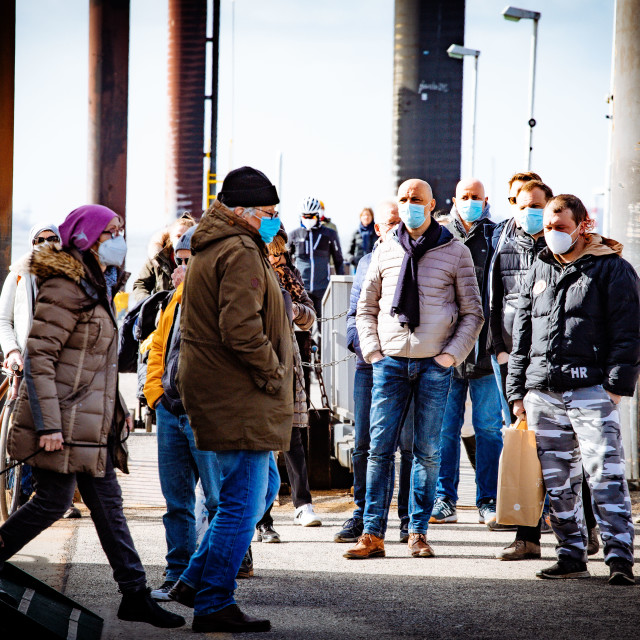 """HVV Fahrgäste mit Masken an der Elbe"" stock image"
