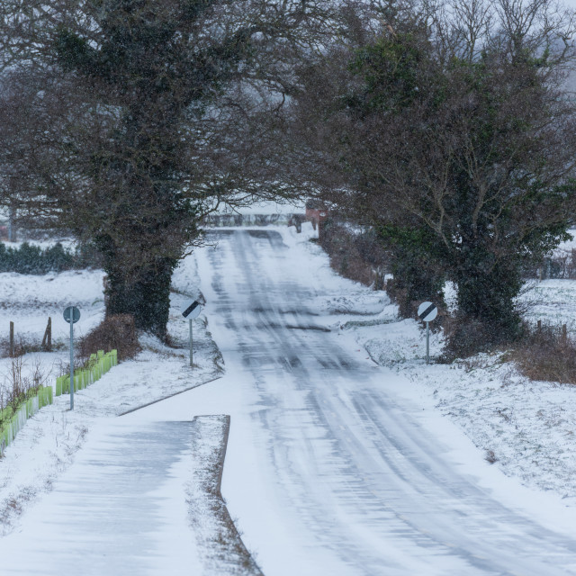 """""""National speed limit signs and snow on Middle road, Great Plumst"""" stock image"""