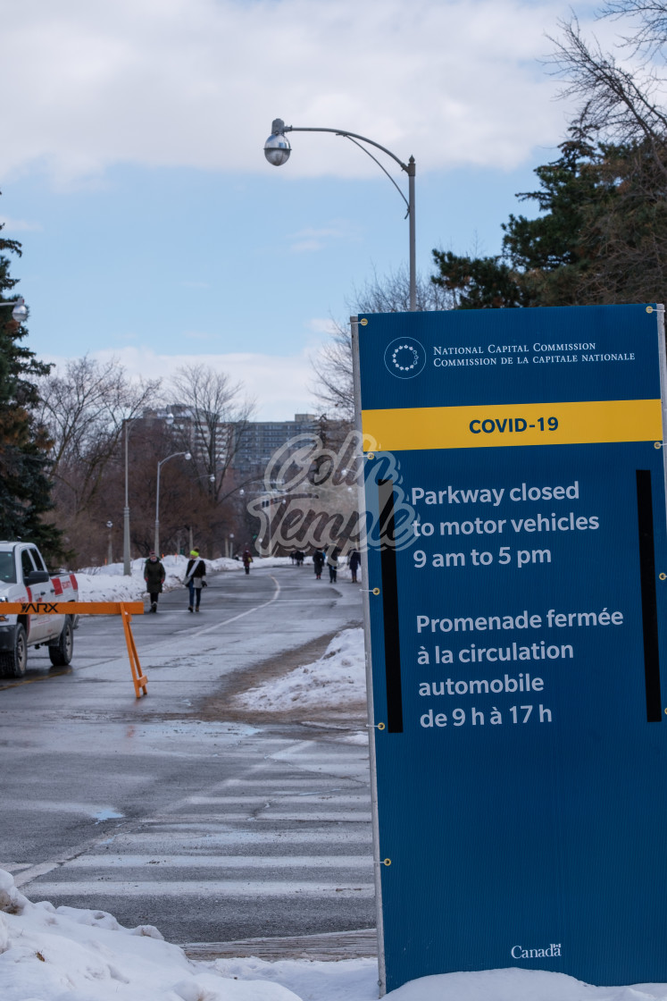 """""""'Parkway closed': COVID-19 sign in Ottawa"""" stock image"""