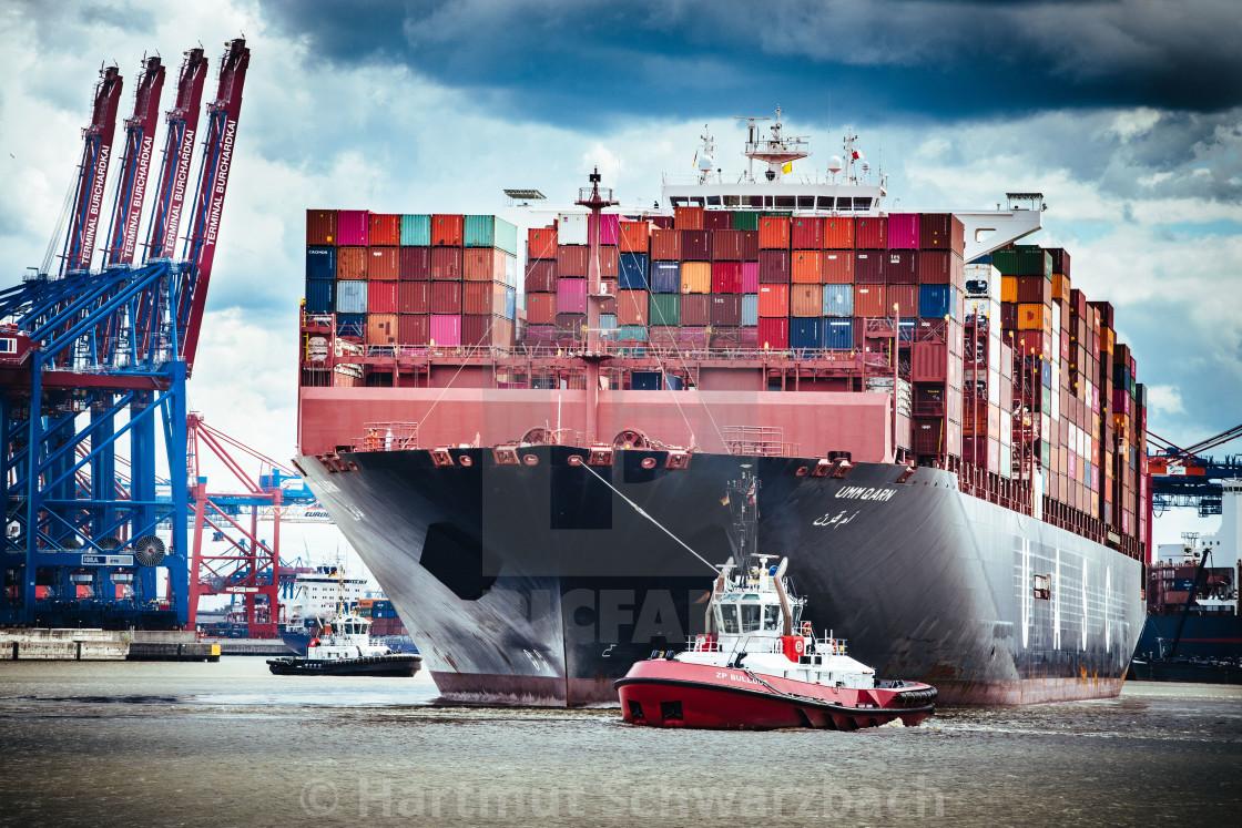 """""""Containerschiff Umm Qarn beim Festmachen am Terminal Burchardkai"""" stock image"""