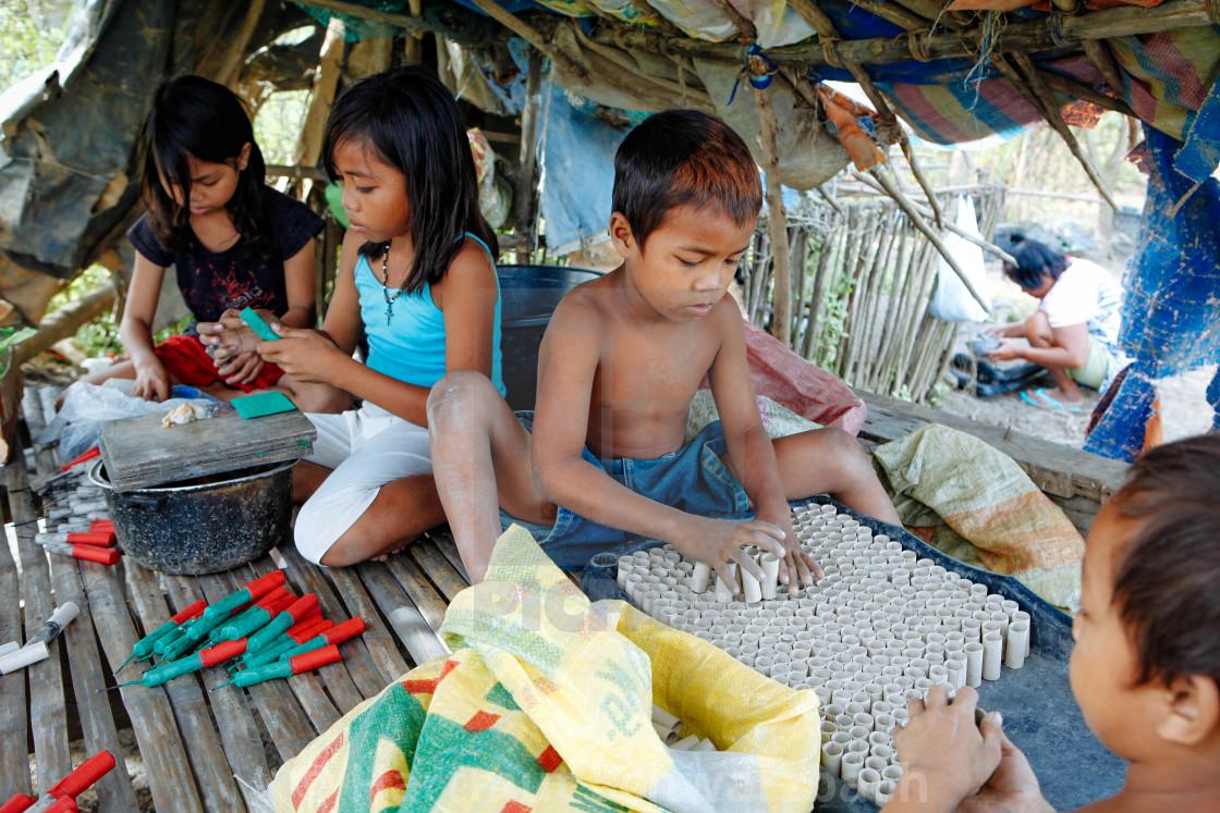 Child Labour at firecracker industry - Kinderarbeit Feuerwerk