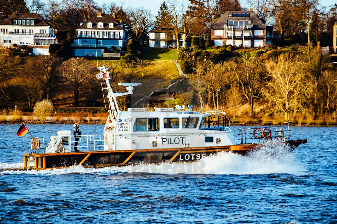 """""""Blick auf die Elbe mit Lotsenboot"""" stock image"""