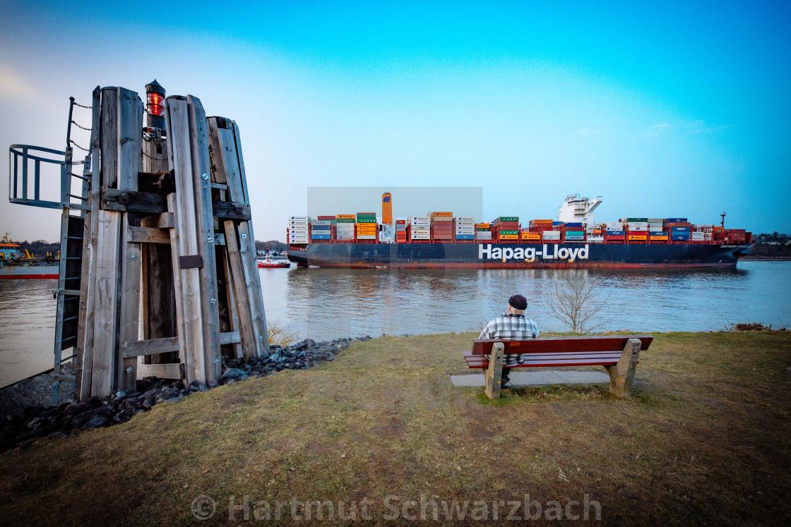 """""""Blick auf die Elbe mit Containerschiffen"""" stock image"""