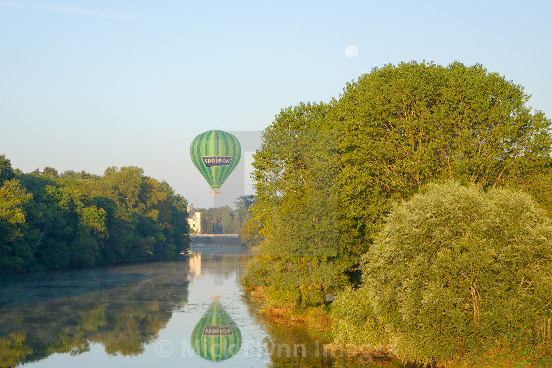 """""""Groupon hot air balloon drifting the Chateau Chenonceau on the river Cher,..."""" stock image"""