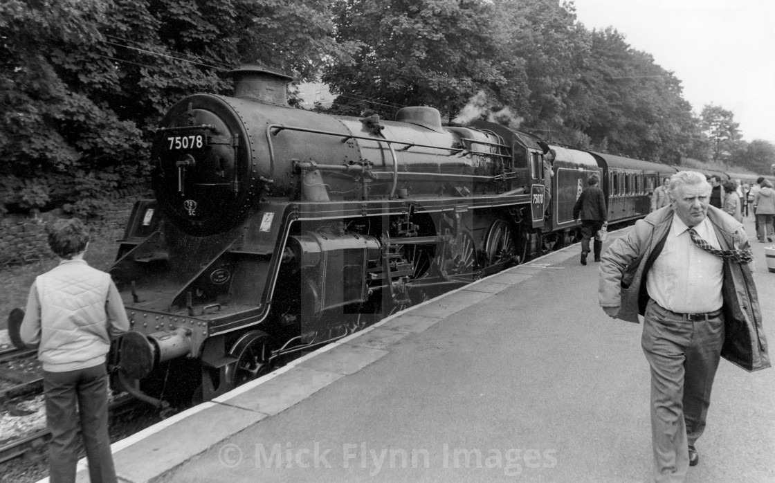 """""""Oxenhope Railway Station, West Yorkshire, UK. Platform scene with train and..."""" stock image"""