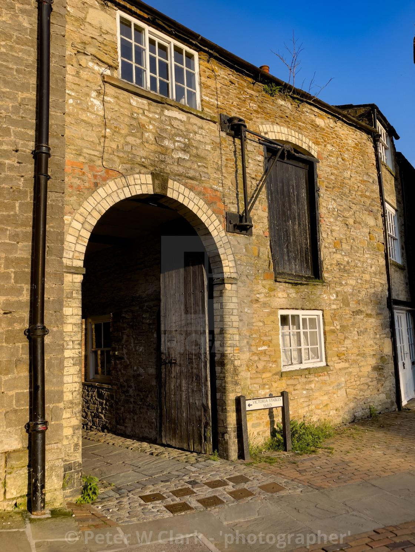 """Newbiggin, Cobbled, Street, Entrance to Victoria Stables Yard, Richmond, Yorkshire"" stock image"
