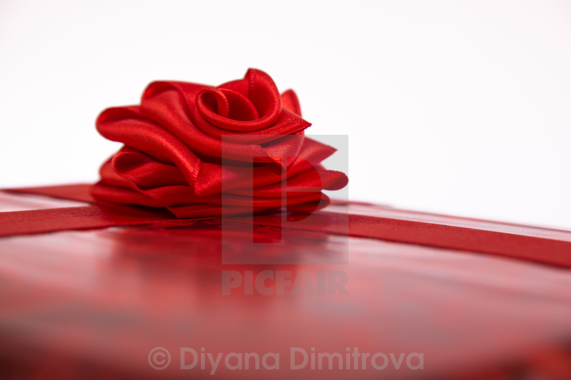 31bf1c7bb9cd5 St Valentine gift box with a red ribbon rose - License, download or ...