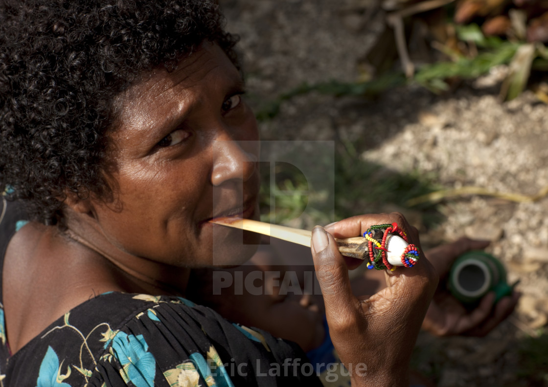 pictures How to Chew Betel Nut in Papua New Guinea