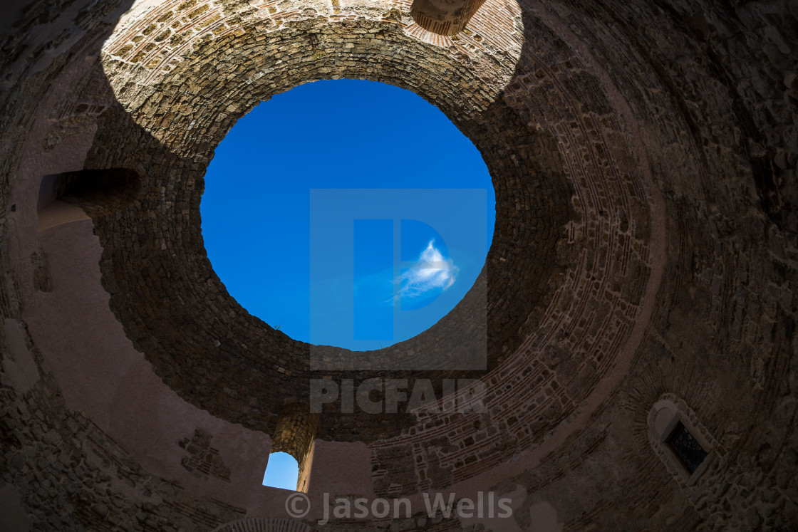 Blue sky through an oculus in Palace of Diocletian - License