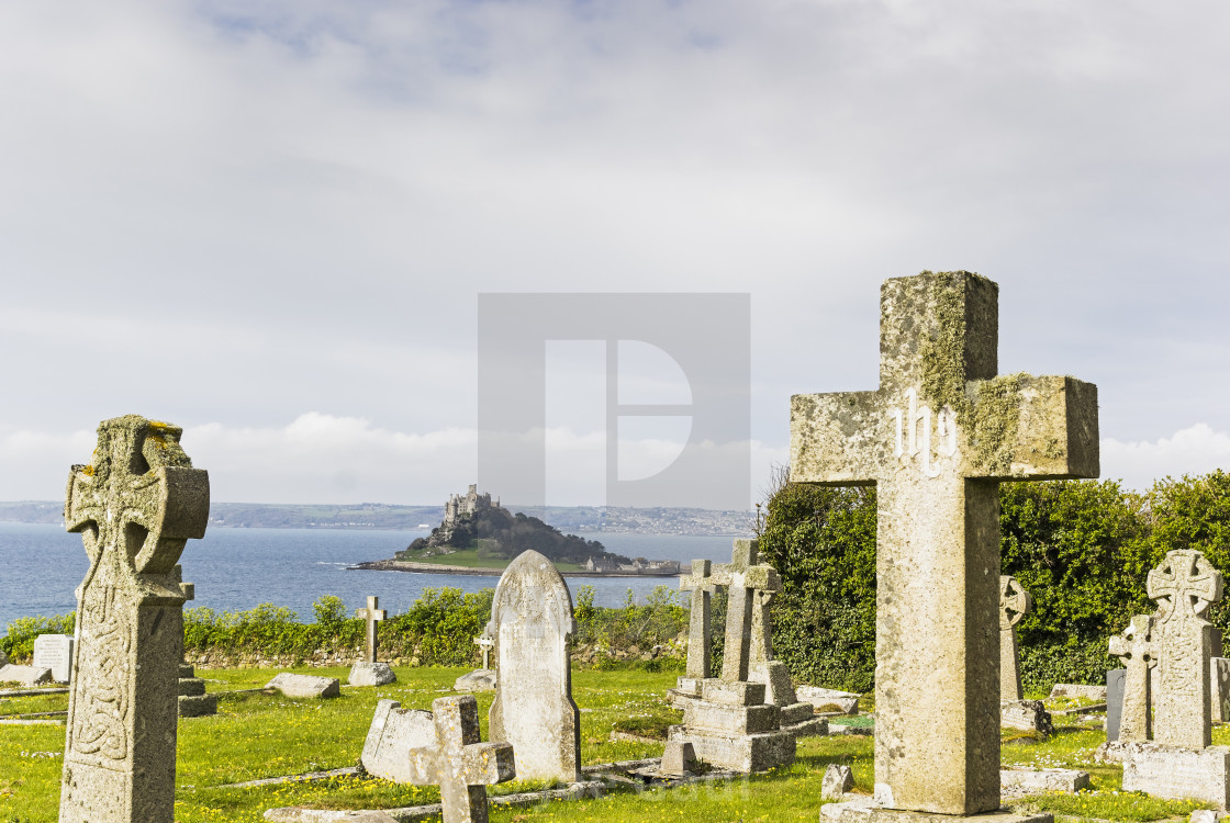 """Marazion, Cornwall, cemetery crosses withSt Michael's Mount in t"" stock image"