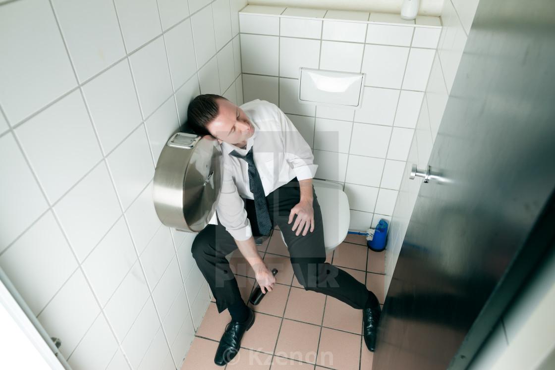 Девушка в туалете для парней — pic 1