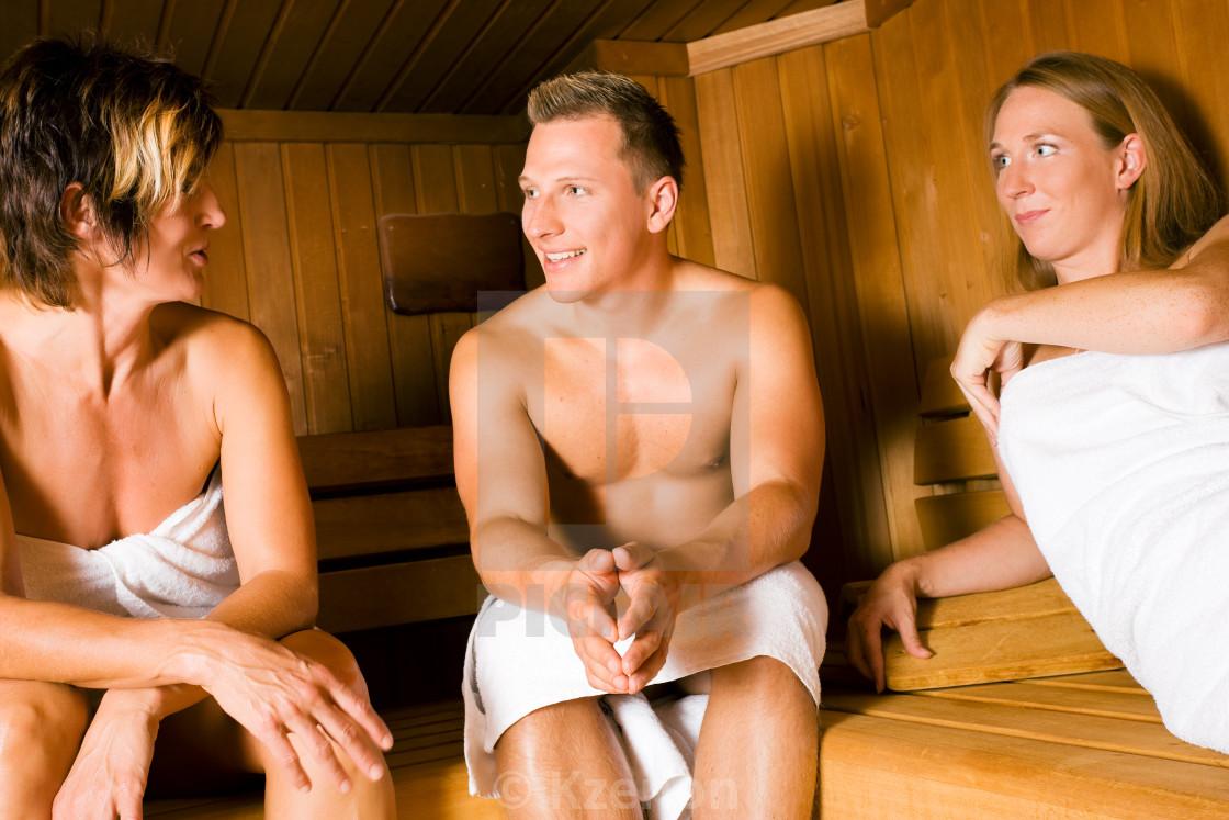 Подружки вместе мастурбируют вместе в бане