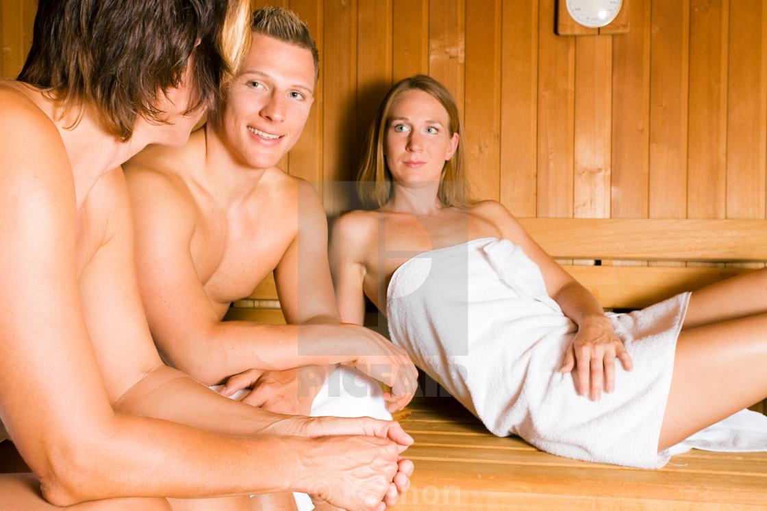 Парни в бане делают массаж друг другу