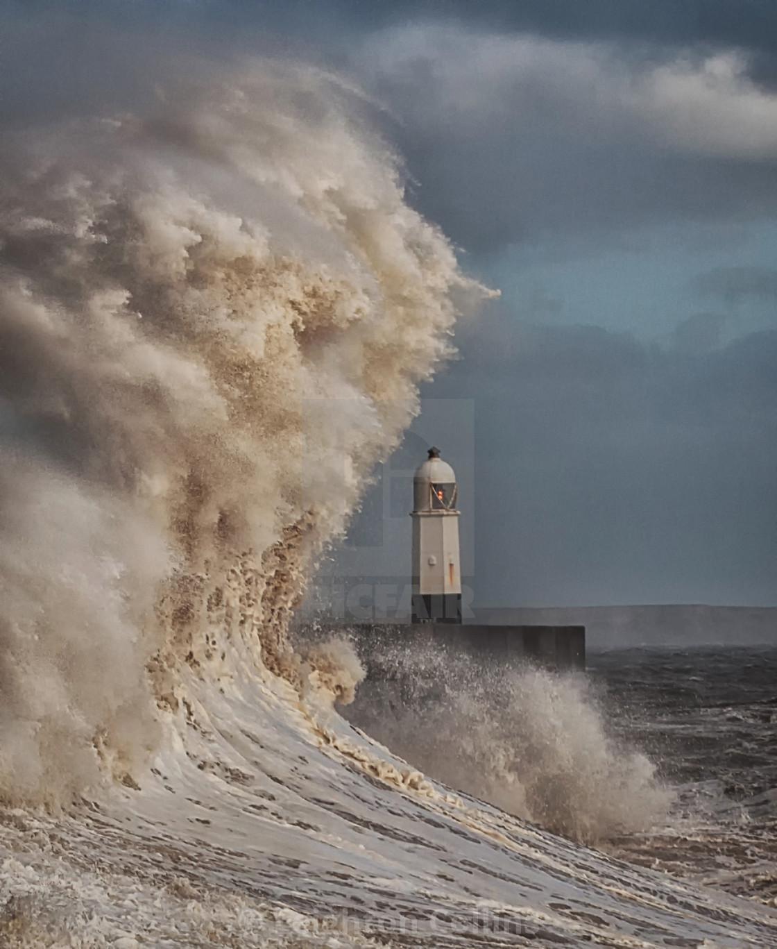 lighthouse porthcawl pier huge - 640×640