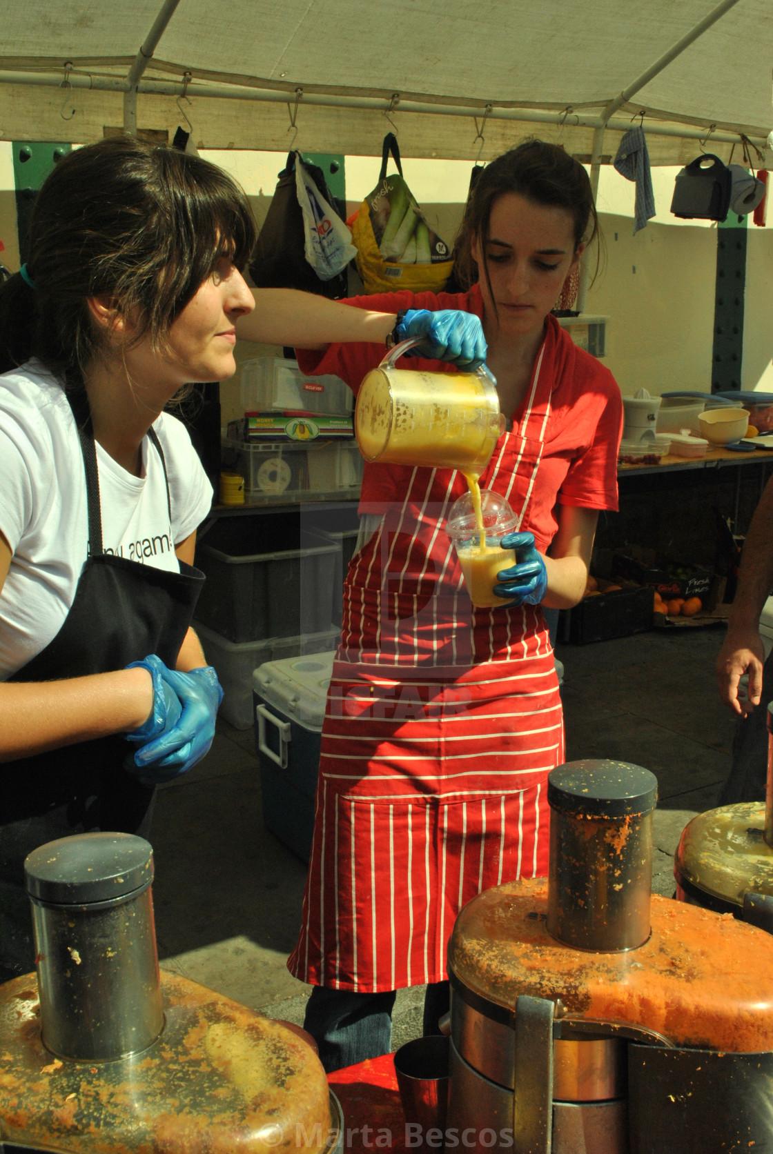 """Stall Selling fresh fruit juices, milkshakes and smoothies in Brick Lane Market, London, England, GB, UK."" stock image"