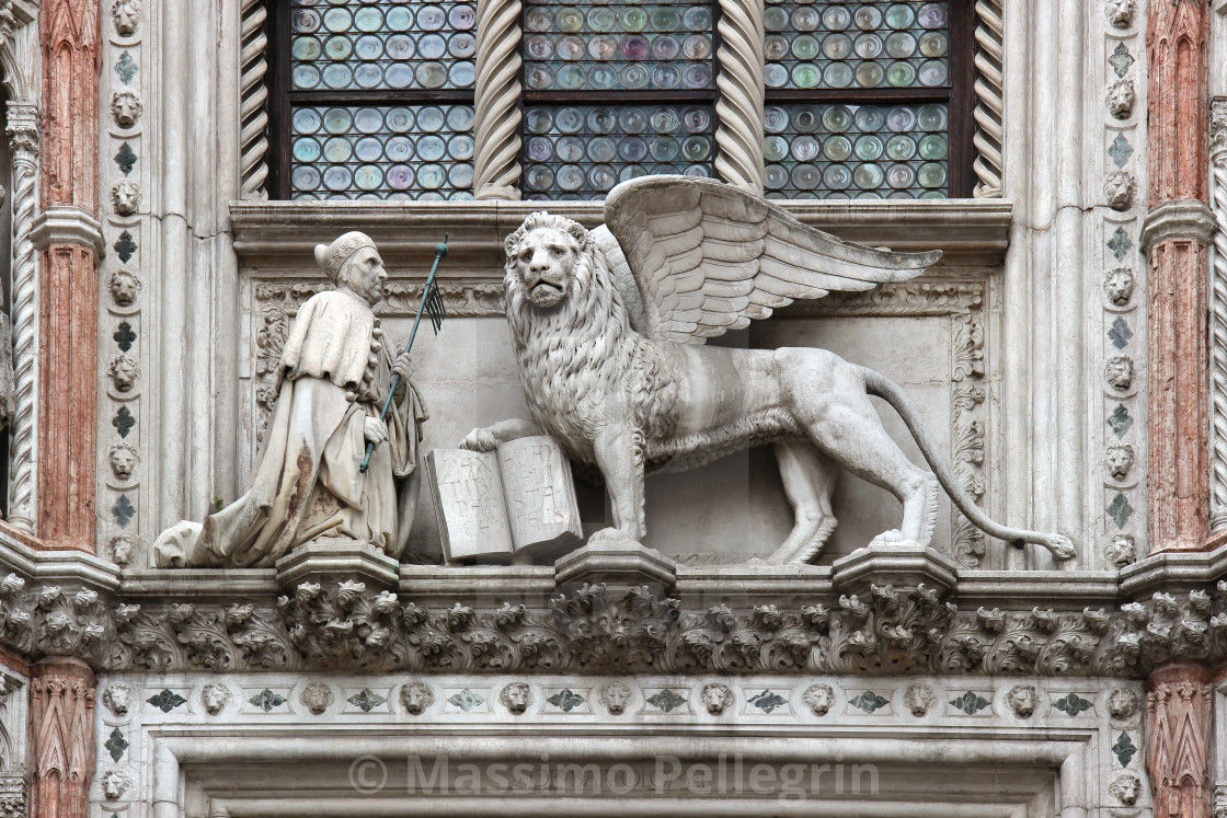 """Statue of the doge and winged lion above the ""Porta della carta"" of the Ducal Palace in Venice"" stock image"