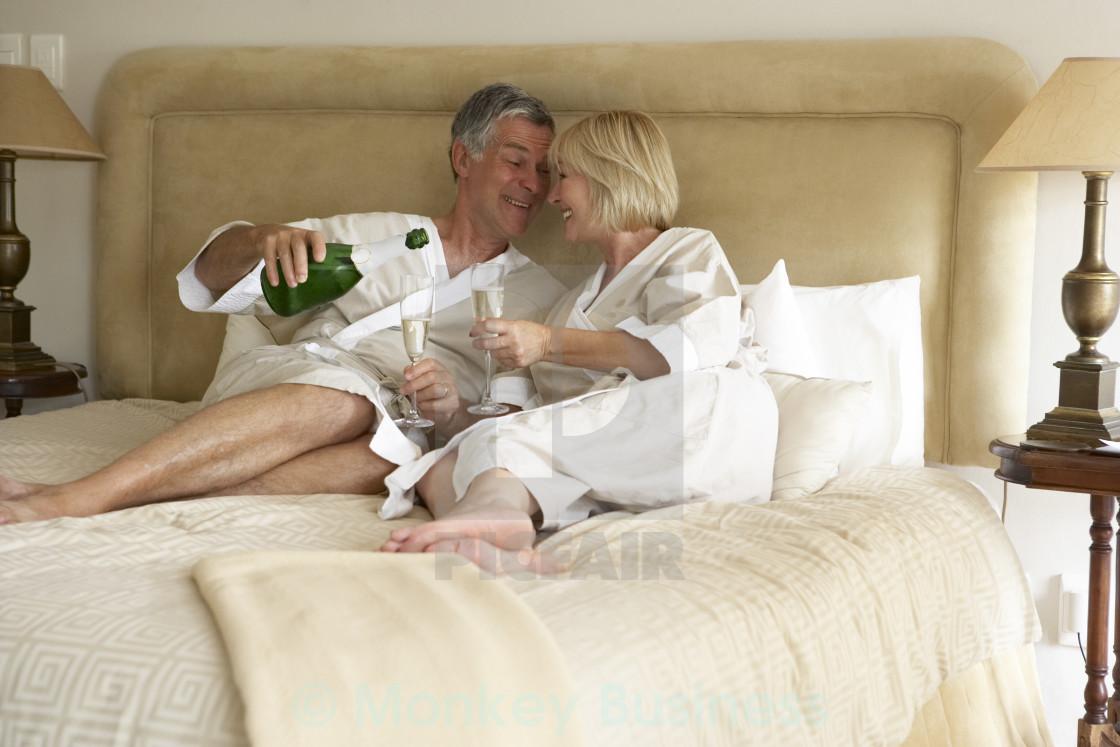 Девушки муж с женой отрываются по полной в спальне